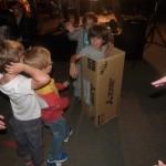 Enfant dans un carton