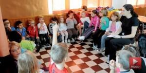 Enfants et institutrice dans une classe