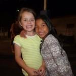 Enfants qui sourient dans la nuit